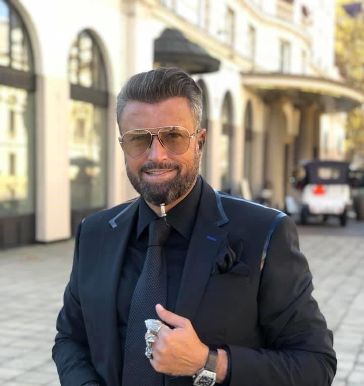 "Creatorul de moda Catalin Botezatu, infectat cu noul coronavirus. ""Am inceput sa ma parfumez mult de tot si am vazut ca nu miros"""