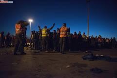 "S-a scandalizat Internetul: Pictorial cu o ""imigranta"" sexy la gardul de sarma (Foto)"